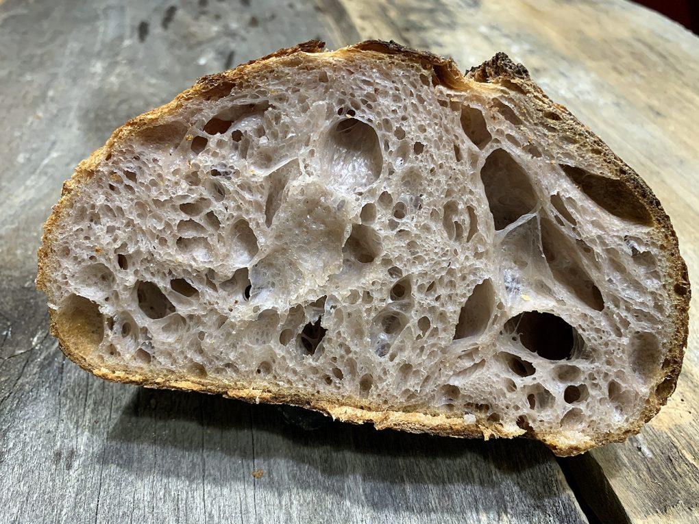 Pâine crescută din apă fermentată de struguri negri